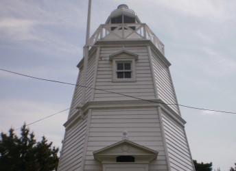 日和山公園内に移築された六角灯台