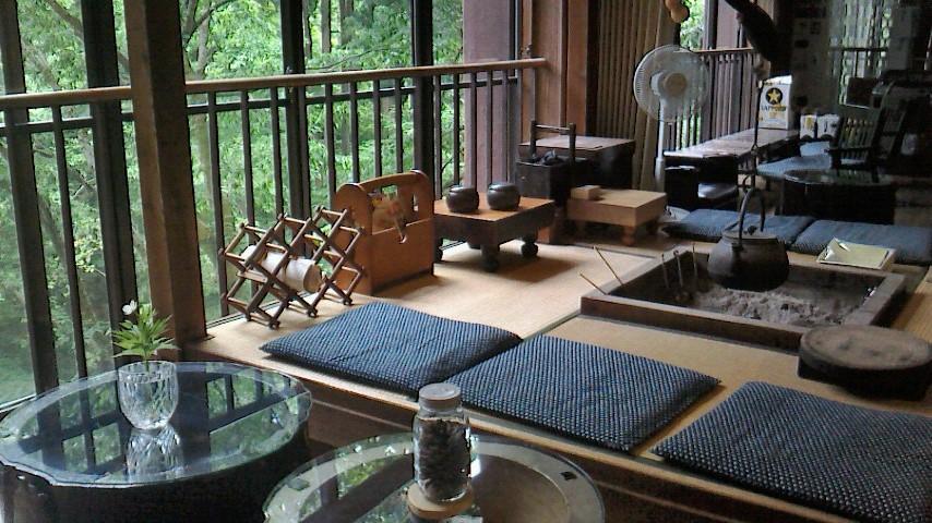 自在館のロビー。ゆったりと、冷えたラジウム泉や、コーヒー、野草茶等を飲んで くつろぐことができます