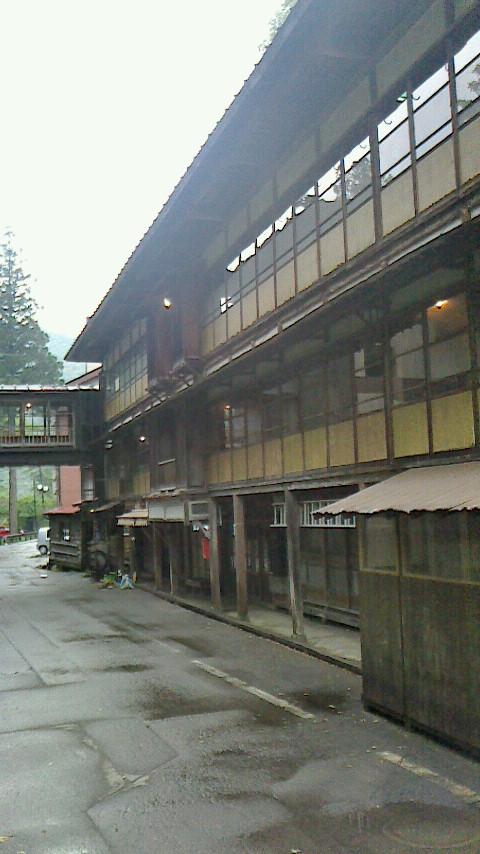 旧館の「大正棟」は、まさに大正時代に建てられた歴史を感じる建物。鍵のかからない、 昔の湯治場を彷彿させるお部屋です。(ちなみに本館は一般的な和室です)