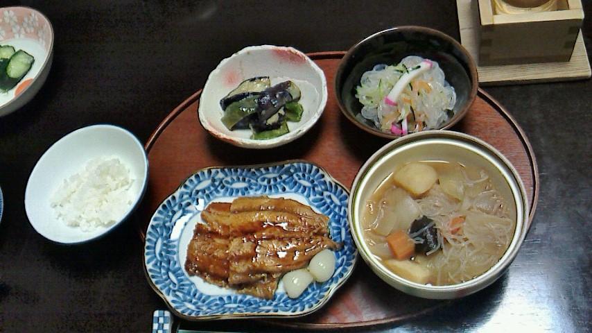 ある日の夕食。なすみそ・春雨サラダ・肉じゃが(肉抜き)・さんま蒲焼・かきたま汁・メロン・お漬物など……