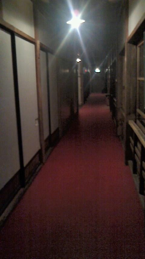 「うえの湯」に行くときは、大正館の廊下を通ります。静かな静かな夜の気配。