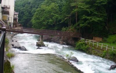 温泉街をどうどうと流れる四万川。水量豊かである。