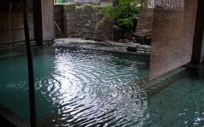 24時間入ることができる館内の露天風呂「源の湯」。