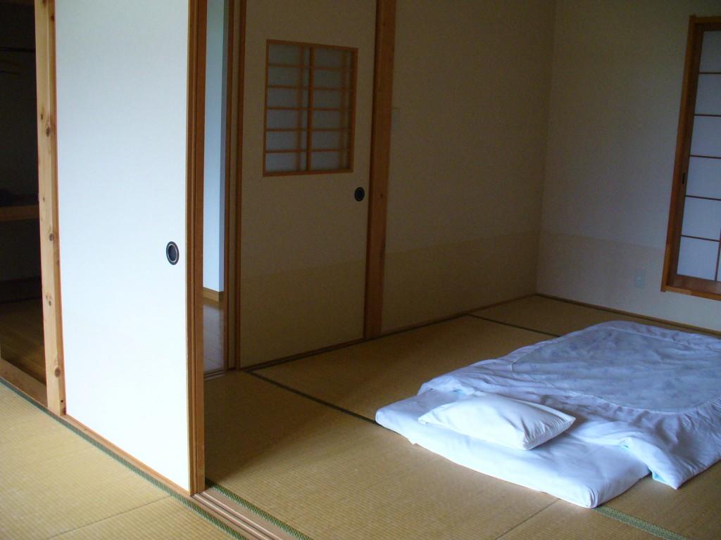 広いお部屋には、すでにお布団が敷いてありました。のんびりイキモノとしてはとってもうれしい!