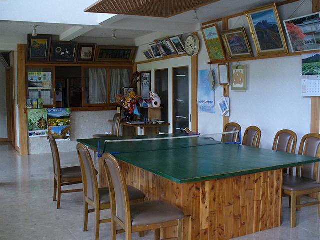 山十旅館のロビー。卓球台がのびのびと置かれています♪