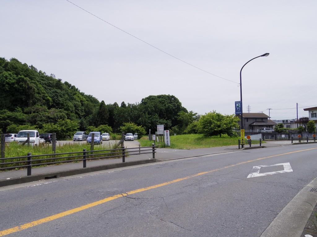 広場から南に少し下ったところにある一般用の駐車場。
