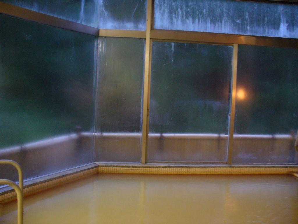 広い窓! ラジウムは「吸う温泉」でもあるので、窓は開きません。