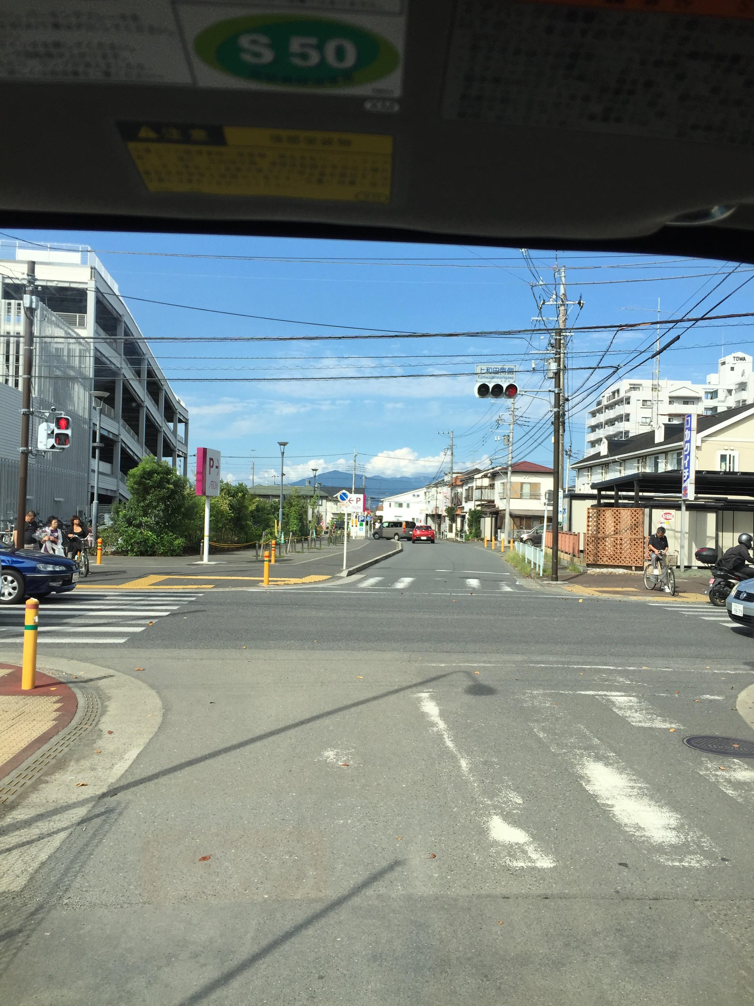 交差点の向こうに大山がくっきり。