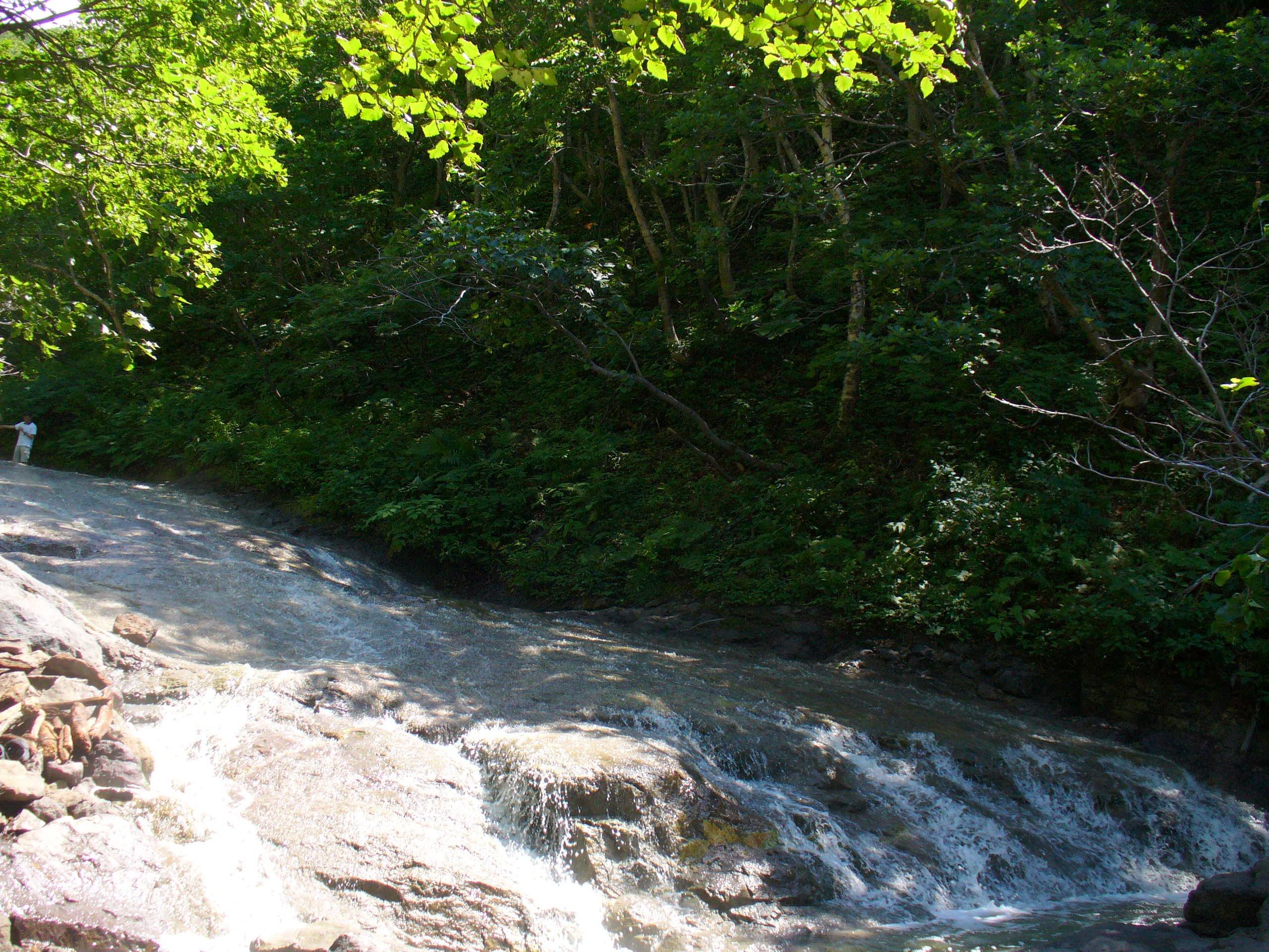カムイワッカ湯の滝。流れる滝自体が、強酸性の温泉!