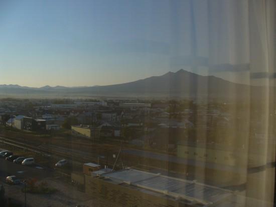 お宿の窓から。早朝の斜里岳をぱちり。(カーテンが反射しちゃった……)