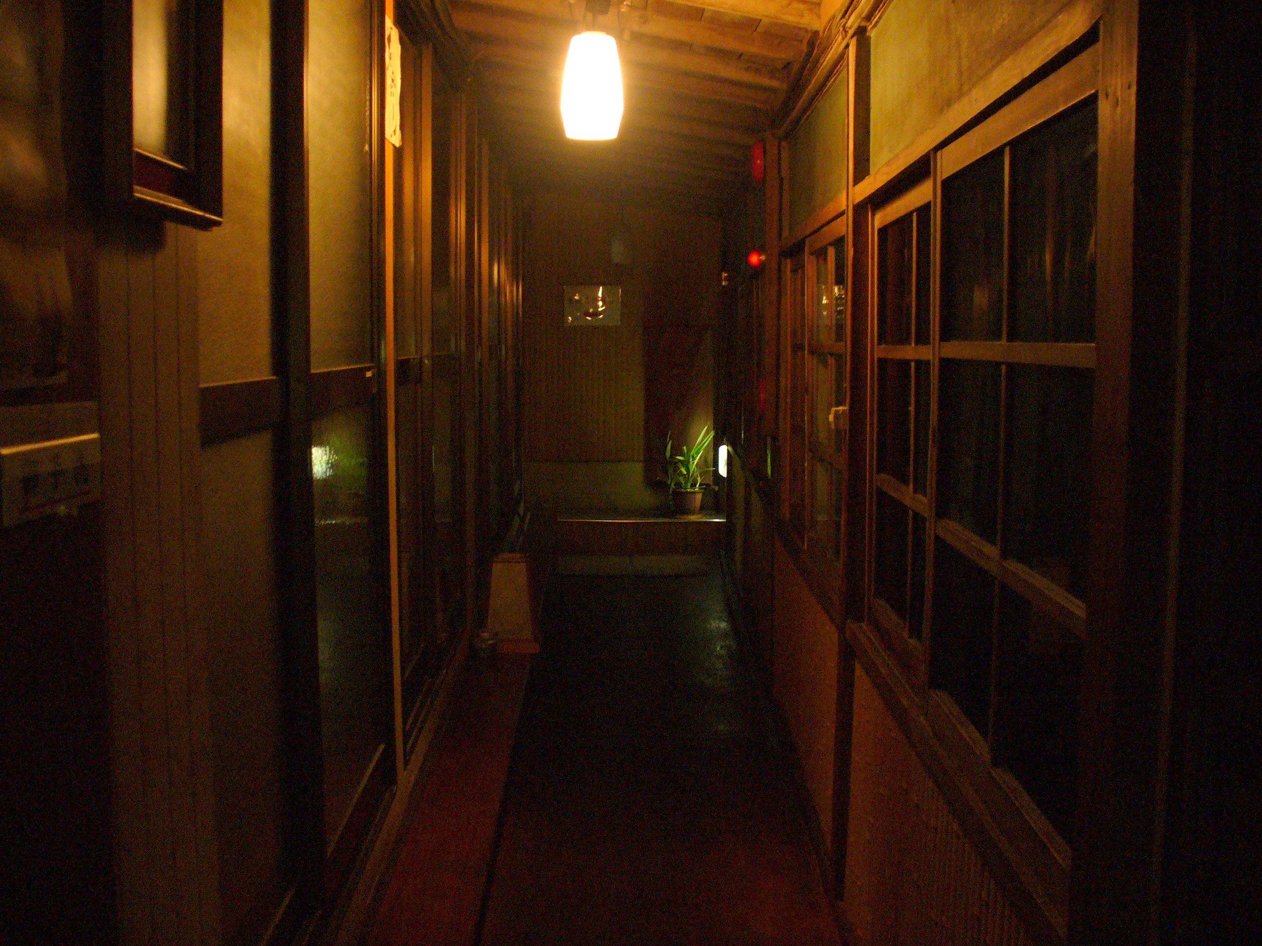誰もいない、静かな夜の廊下。