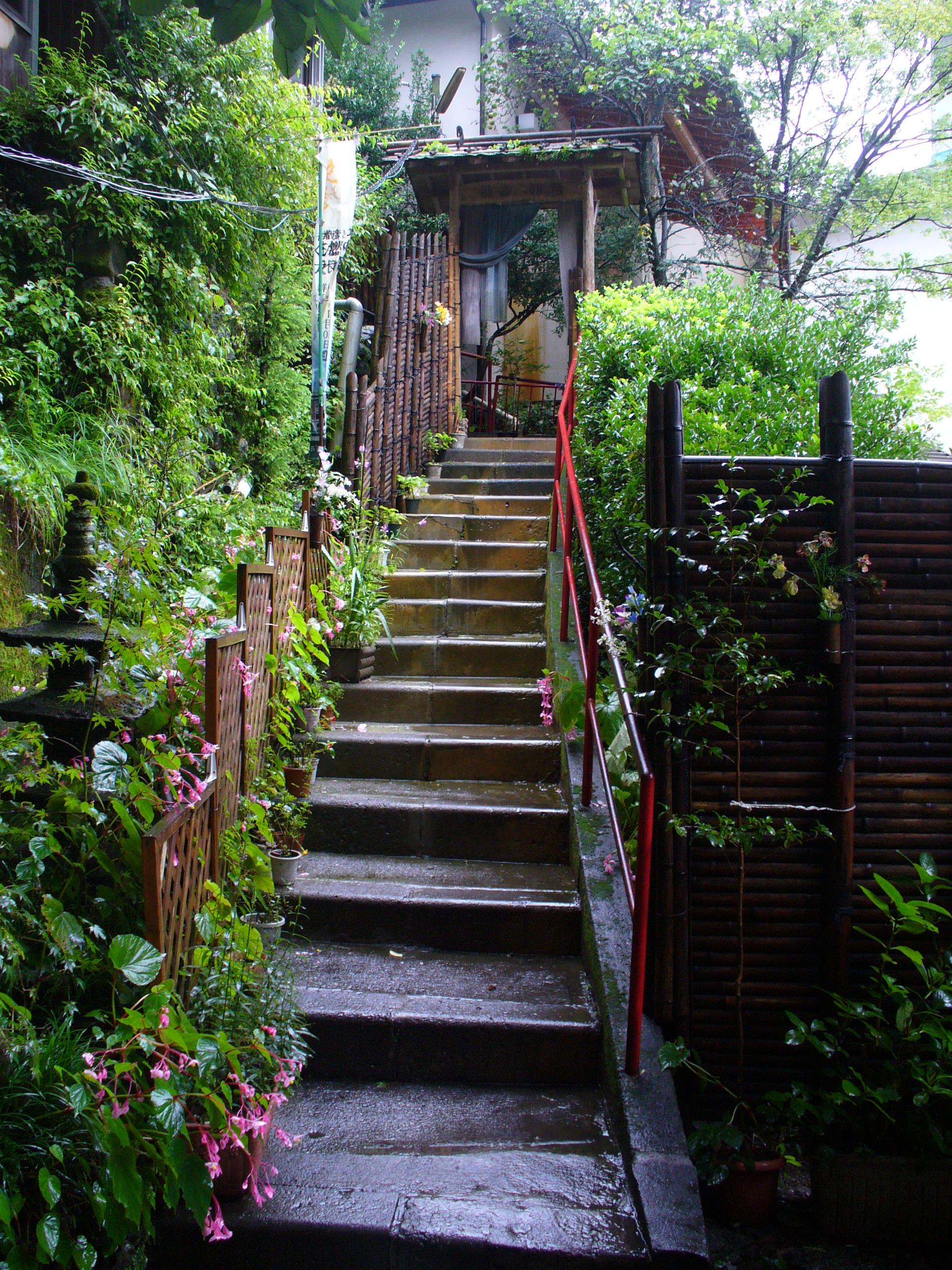 湯之沢館に続く階段。この前に、さらに階段があります。