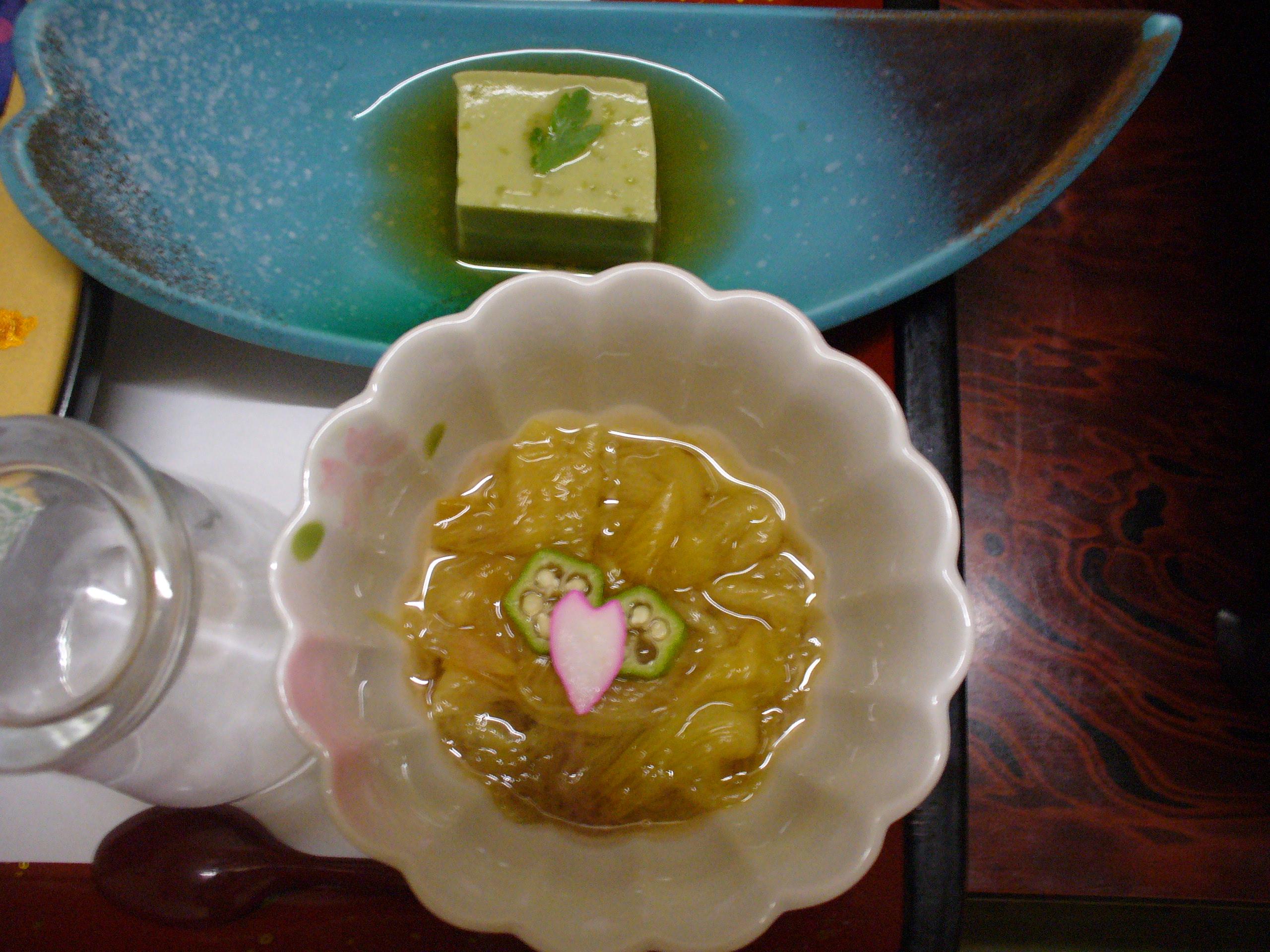 めずらしい、ヤマオクラの酢の物。奥に見えるのは、枝豆豆腐。