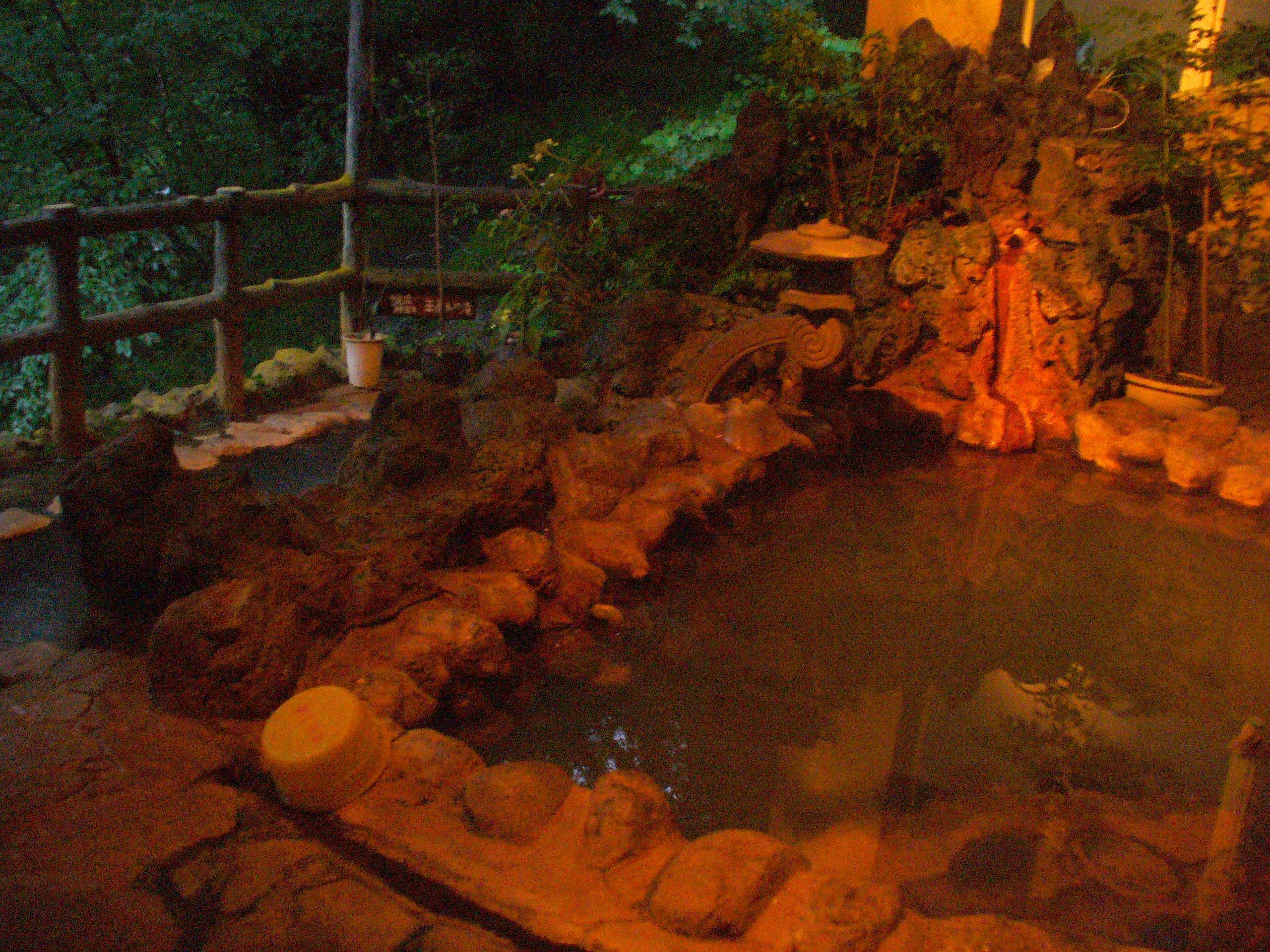 瀬音露天風呂。上下二段になっています。上段の湯には源泉が注がれています。