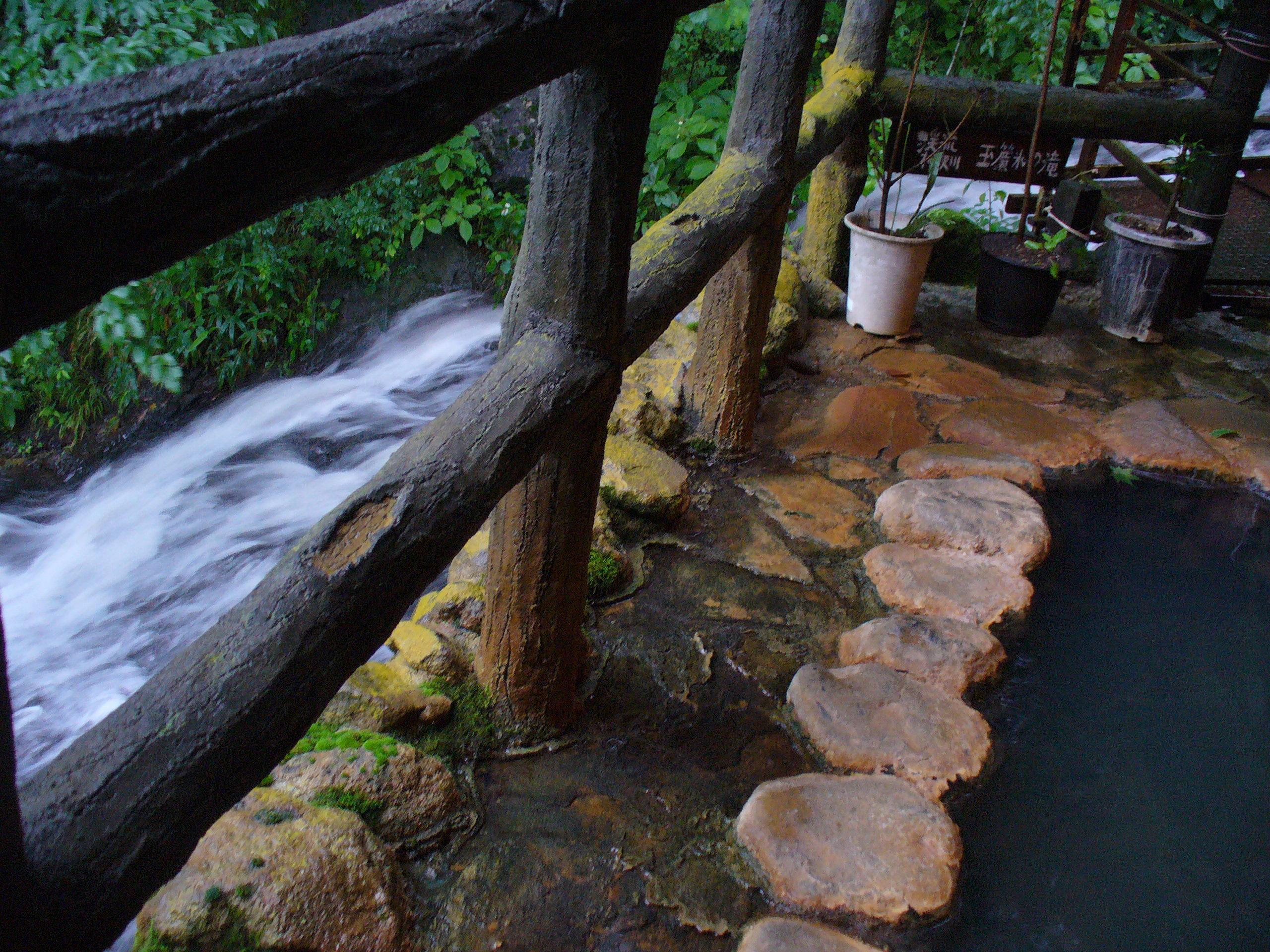 ぬるい下段の湯からは、すぐ横を流れる滝が見えます♪