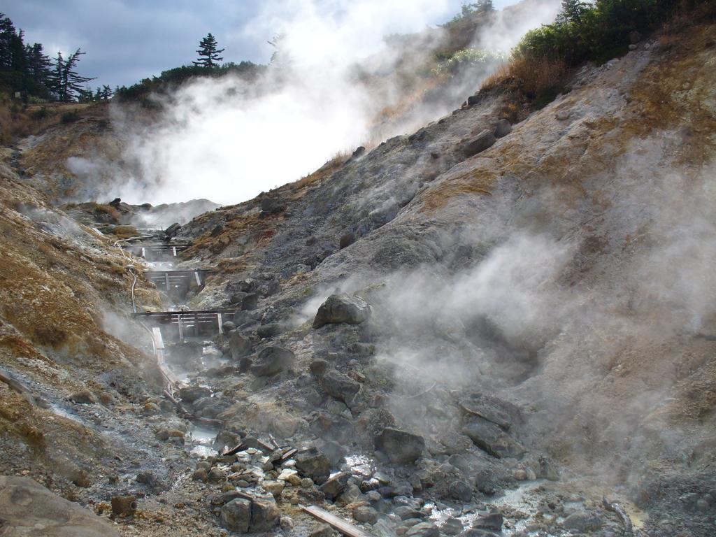 後生掛自然研究路の噴気。歩道の横から噴出していて、かなりの迫力です。