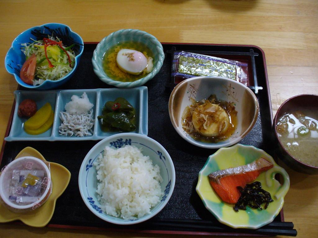 とっても美味しかった朝ごはん。右に見える、まあるいのは、湯豆腐です♪
