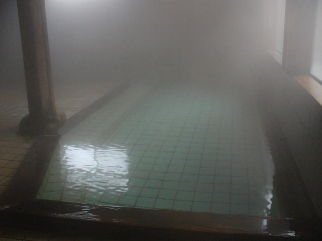 自家源泉かけ流し。豊かな湯量の内風呂(湯気でよく見えないですね……)。