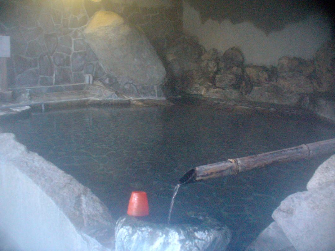 ここでは源泉に入りながら、飲泉できます! 花崗岩に見守られながら。