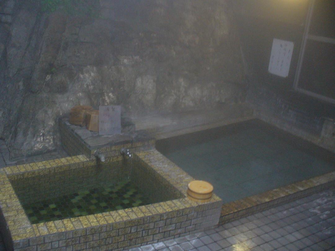 小さいほうの内湯。左の小さいほうが26℃の源泉、右の大きいほうが加温浴槽。