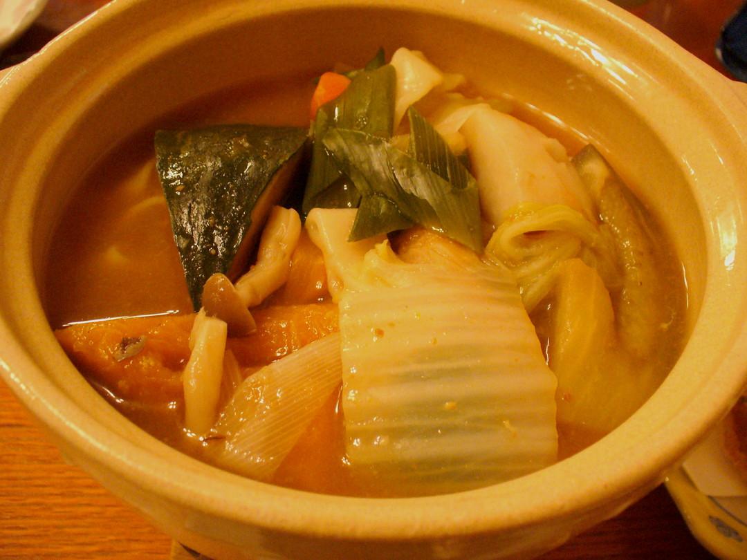 そして、山梨といえばほうとう!かぼちゃや野菜のたっぷり入った、太めのうどんのお鍋です。