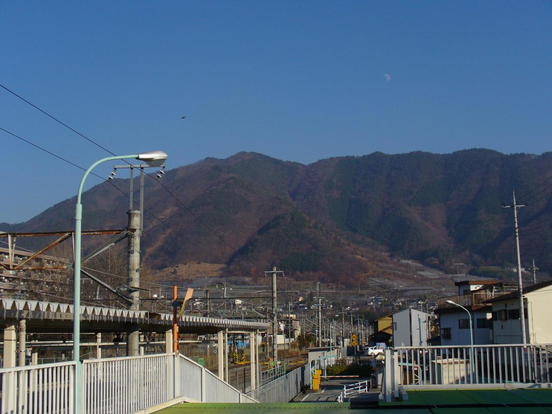 JR塩山駅から仰ぐ、青空と山々♪