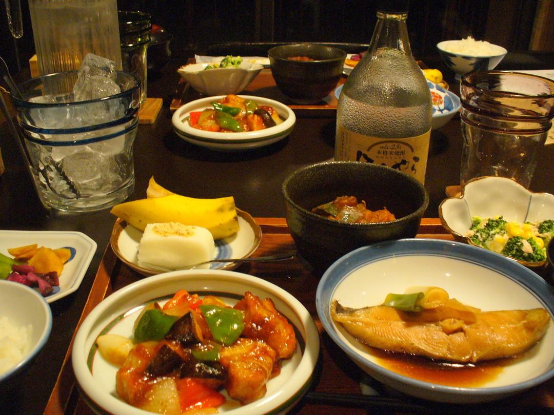 にぎやかな食卓♪ 米焼酎も地元のもの。左手前が「酢麩」です。
