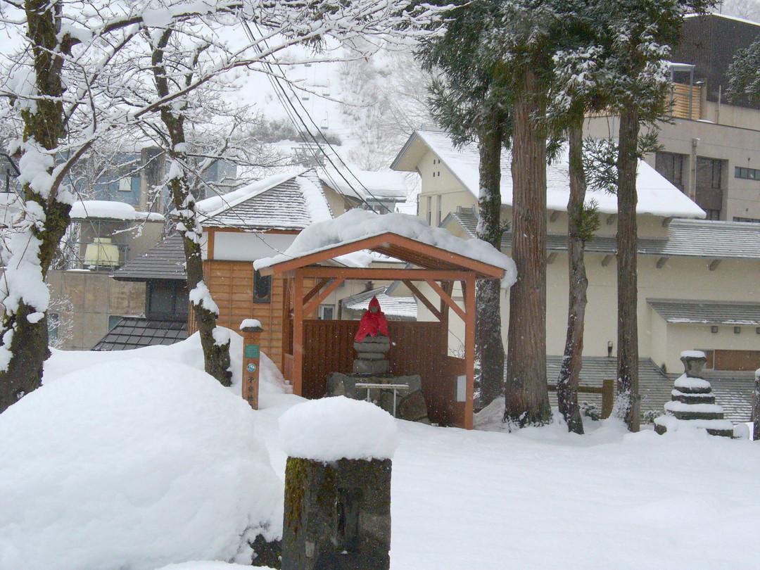 途中、大湯温泉のお地蔵さんも雪の中。