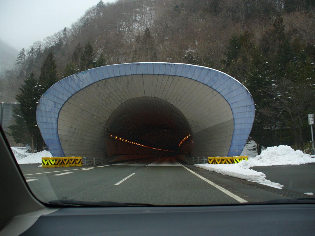 関越トンネルの入り口。車内からパチリ。