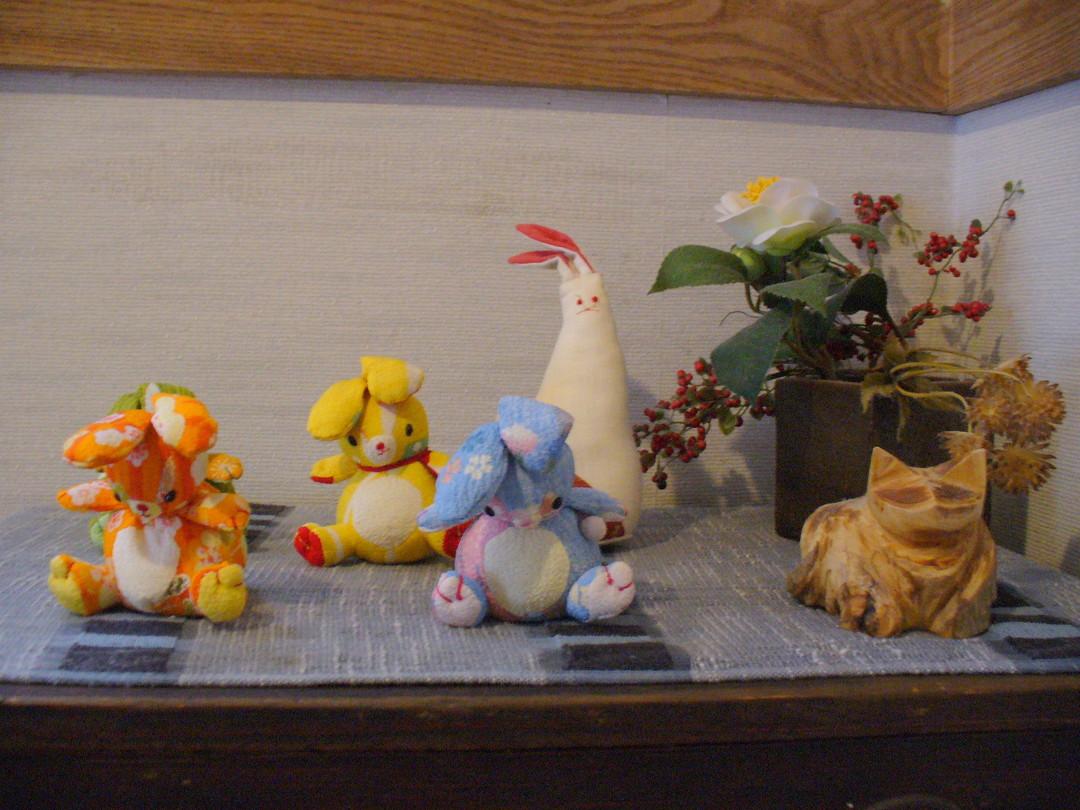 ウサギの湯の脱衣所に並ぶウサギさんたち。しかしどう見ても、右端はネコさん!?