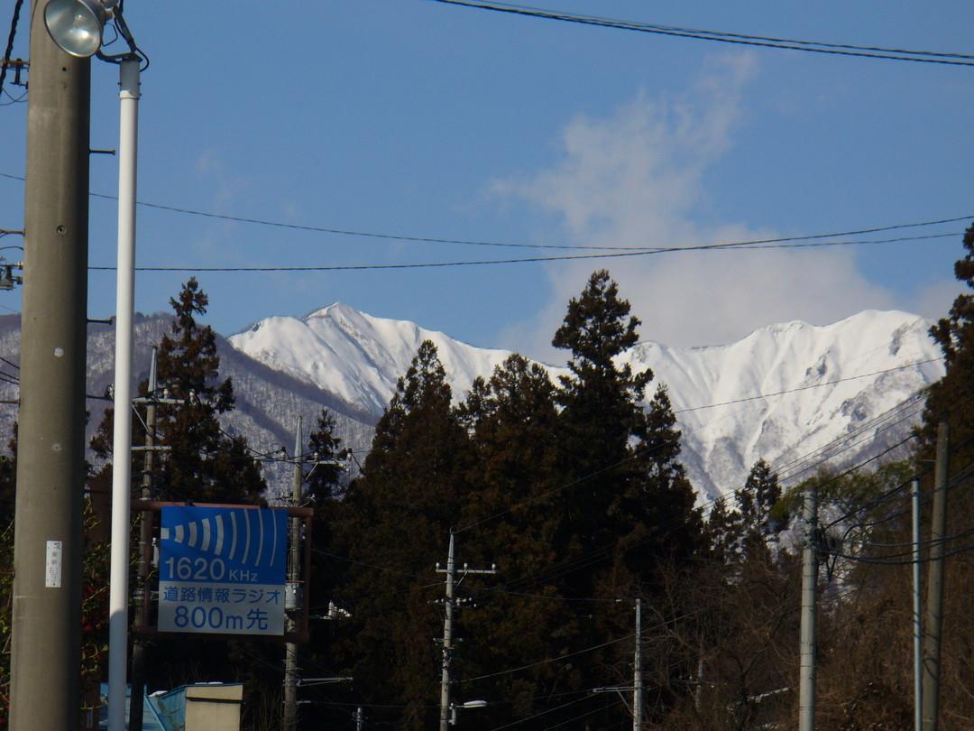 白い山々をのぞみながら進む道……。