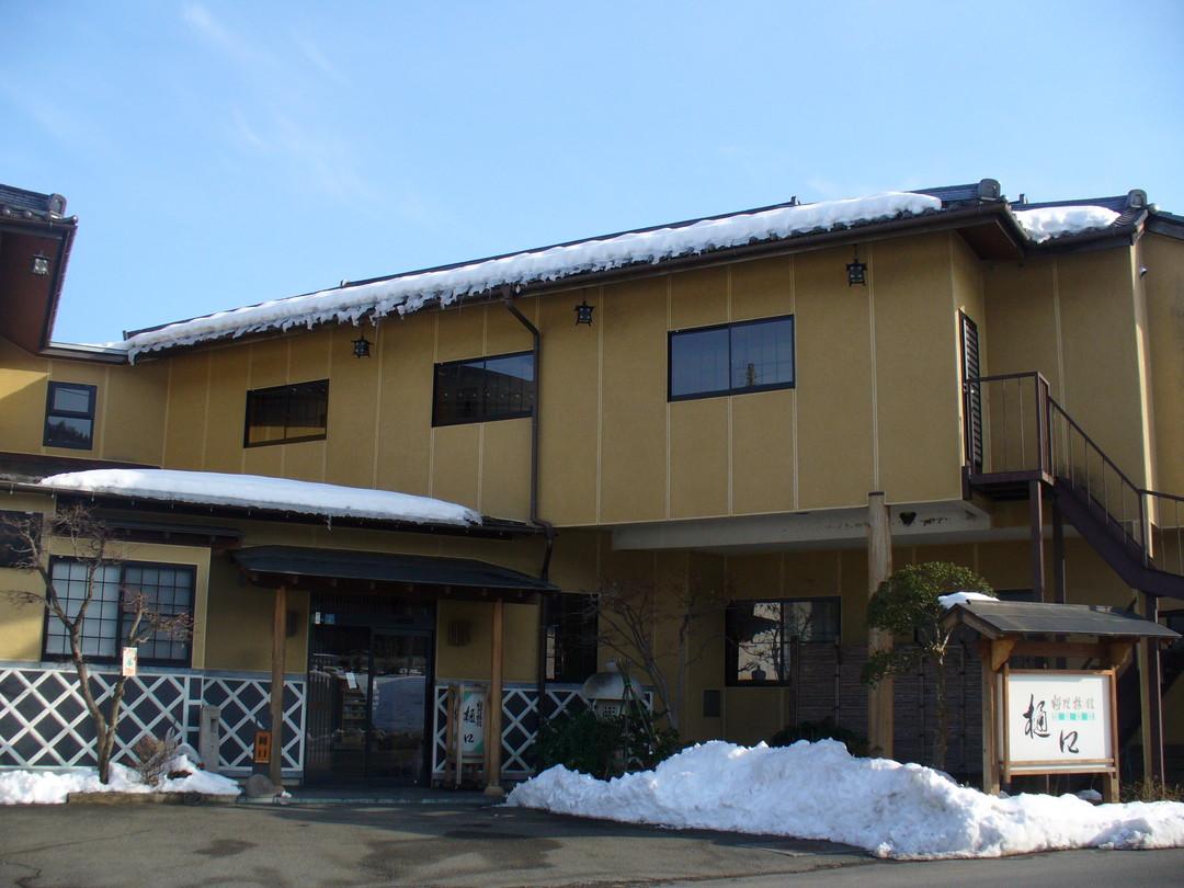 旅館樋口を道路からパチリ。駐車場がきれいに除雪されています♪