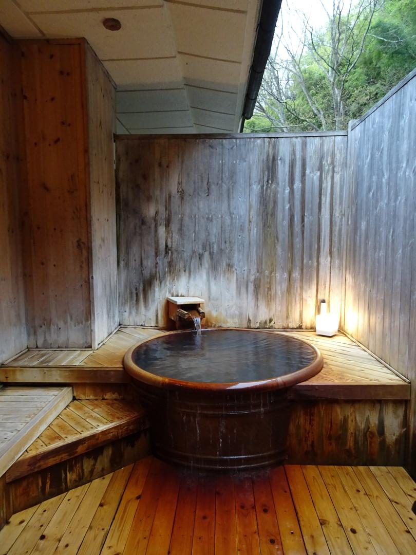 貸切風呂の山茶花。ナトリウム-塩化物-硫酸塩泉、で鉄分がいい感じに香ります♪