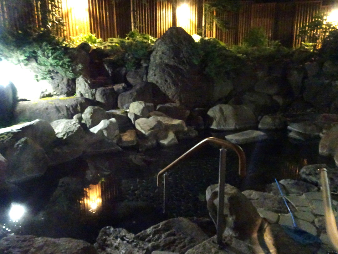 夜の露天風呂(女湯)。ほんとうに静けさが染みてきます……。