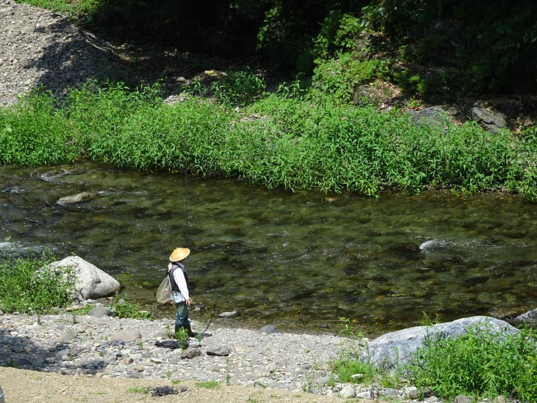鮎釣りをする人。