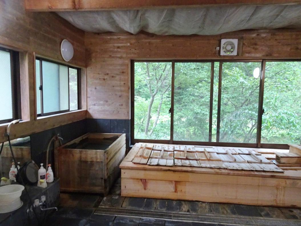 ヒノキのお風呂。窓が大きくて開放感!(女湯)