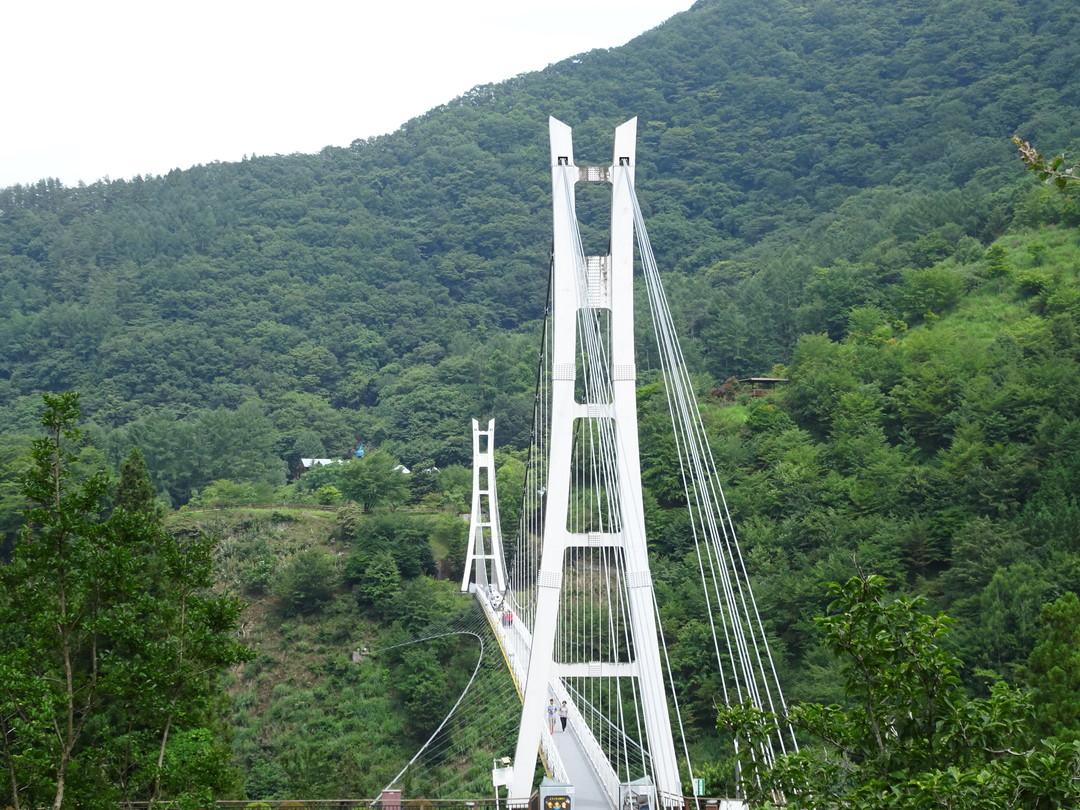 高さ90mの上野スカイブリッジ。観光吊り橋です。