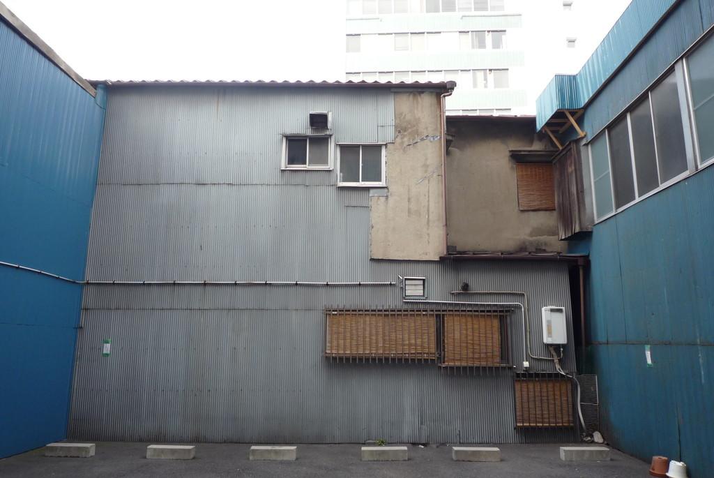 波板トタンが張られた壁、残ったモルタル壁、窓に張られた目隠しのヨシズ……これも日本の下町の原風景になるのかもしれません。