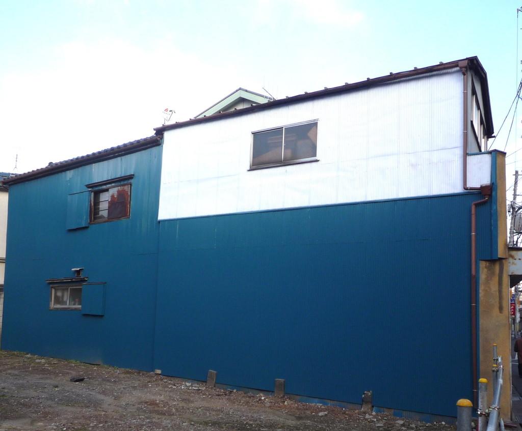 墨田区の、昔の色街として有名だった玉ノ井の風景。白と青の新しいトタン板の塗り分けが美しい。