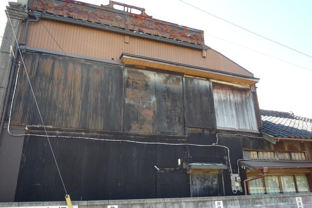 黒い色に塗られたトタン板と、開けることはないだろう雨戸……お隣の家がなくなってしまうというのは大変なことです。