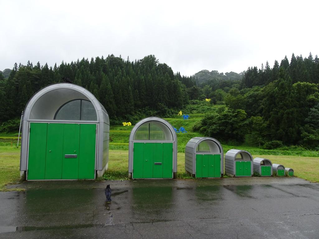 小沢剛さんの作品「かまぼこ型倉庫プロジェクト」。後ろに棚田の別作品が見られます♪