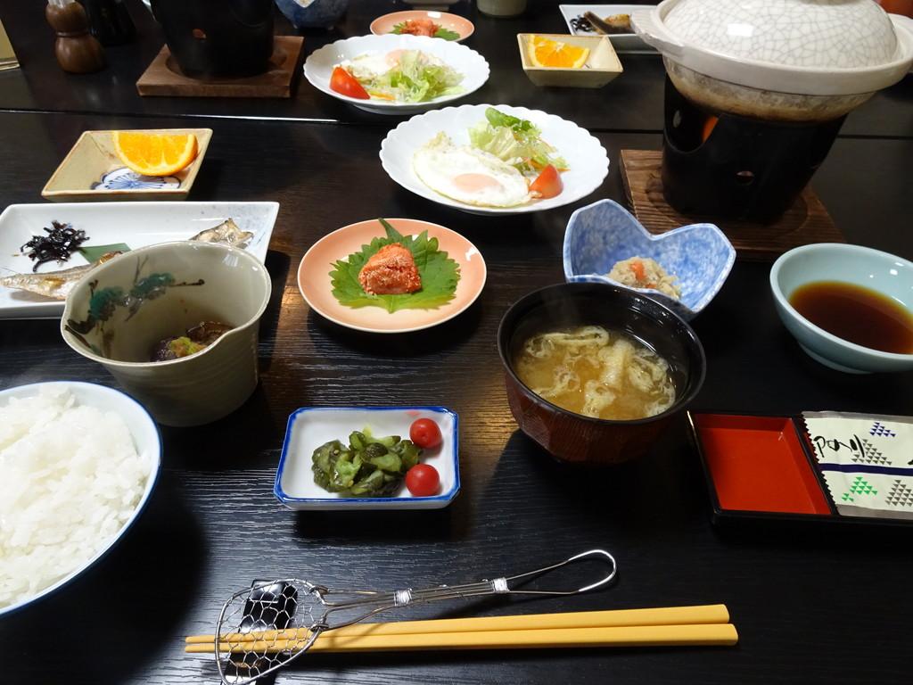 野本旅館の美味しい朝ごはん♪ 奥のお鍋は湯豆腐です。そしてもちろん、コシヒカリのご飯!