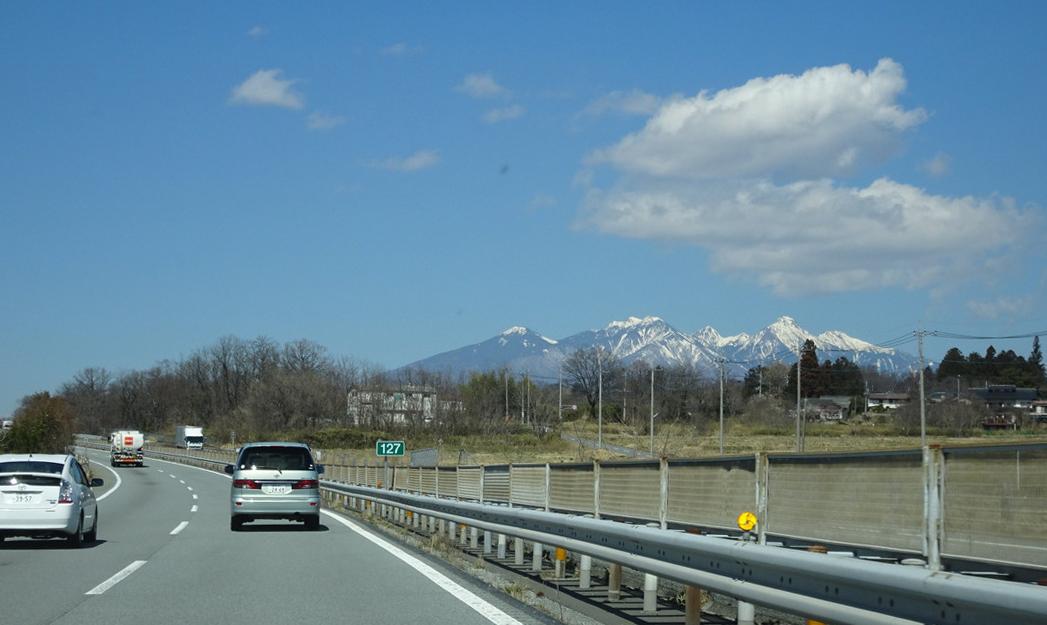 遠く、八ヶ岳をのぞむ中央自動車道です♪