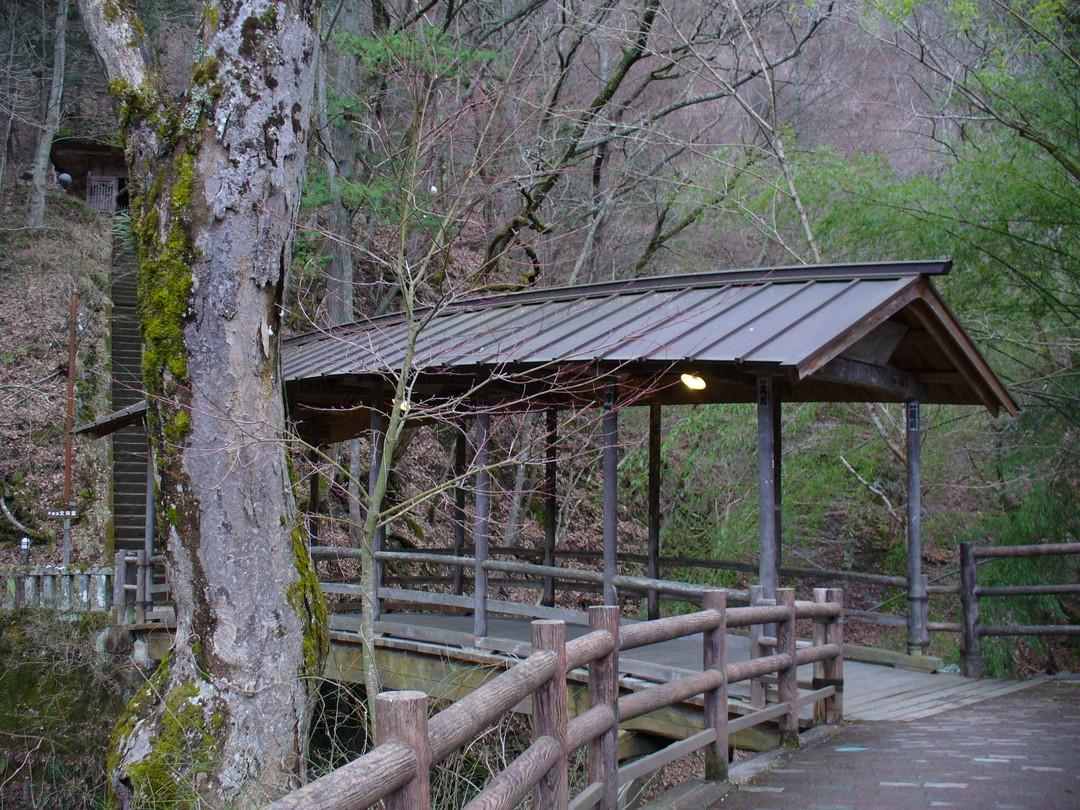 鹿教湯温泉にはいくつも味わい深い橋が……。これは「五台橋」、現世と神の世界を結ぶ橋。