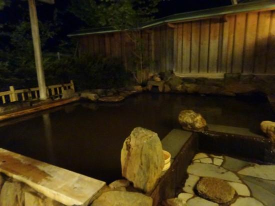茶褐色の黄金の湯(「森秋旅館」の露天風呂)