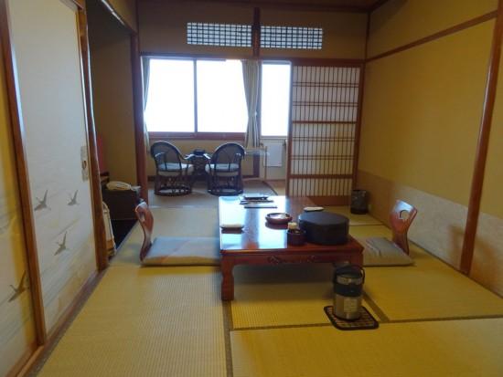 ほっと落ち着く、昭和の香りのお部屋です。鶴さんがあちこちに……