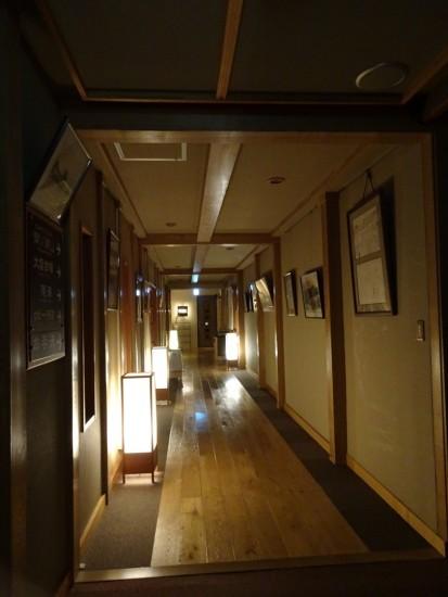 みんなが寝静まった後の廊下……