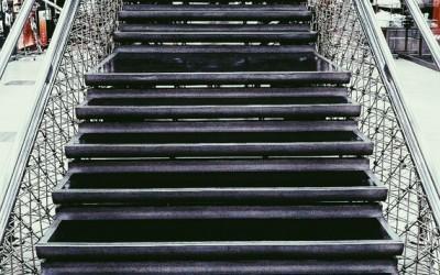 001 会社員のような階段、絵画のような手すり