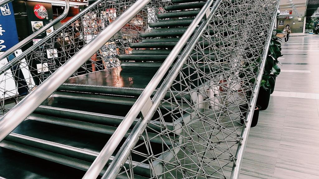 この階段にはどうしたってこの量のステンレス線が必要だったはずだ